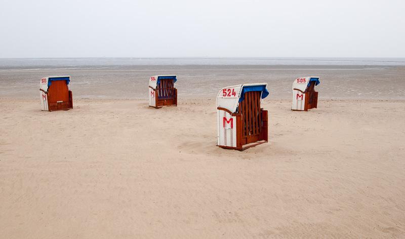 Strandkörbe in Cuxhaven, leerer Strand in der Nebensaison