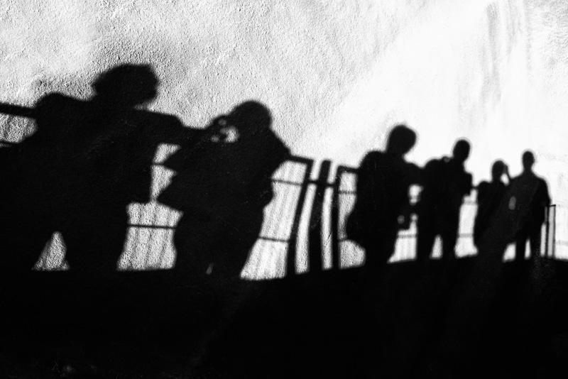 Schatten von Personen an einer Wand