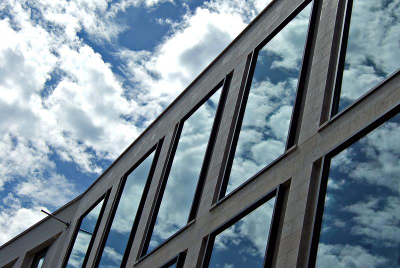 Spiegelungen auf einer Glasfassade