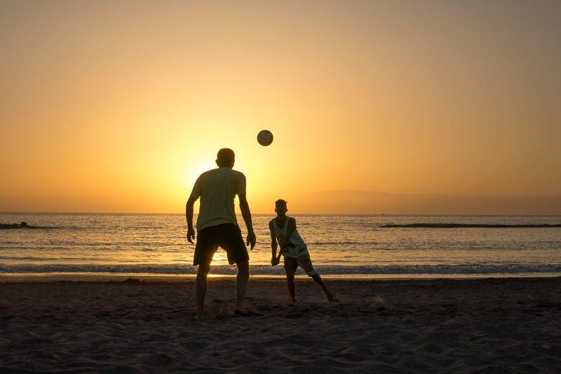 Volleyball am Strand mit Sonnenuntergang