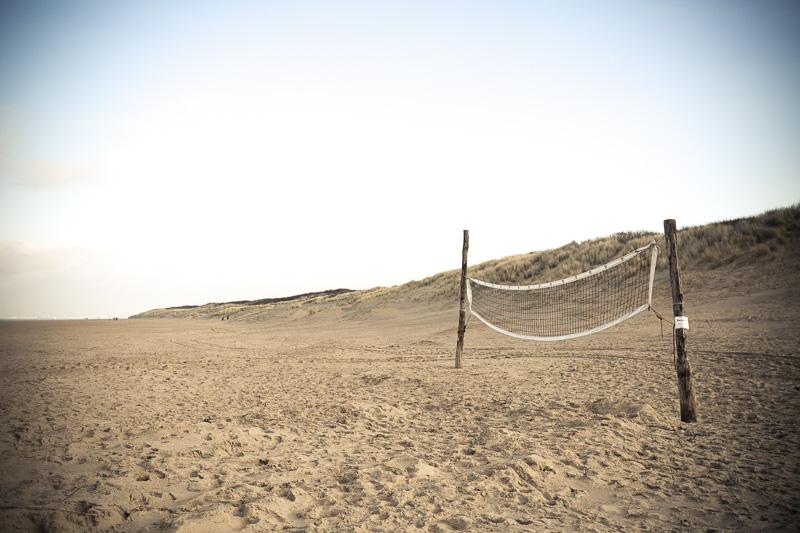 Beachvolleyball. Volleyballnetz am Strand im Winter, Niederlande, Cadzand