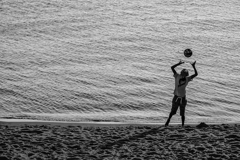 Beachvolleyball, Kind spielt am Strand