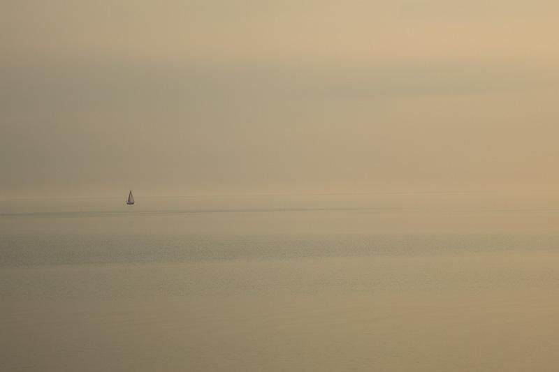 Segelboot, abends am Meer