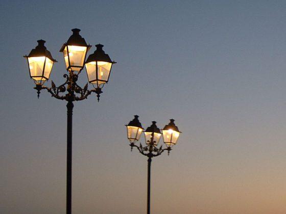 Straßenlaternen im Abendlicht