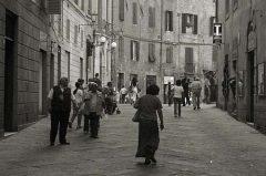 Siena (Toskana), Italien, Straßenszene in Schwarzweiss