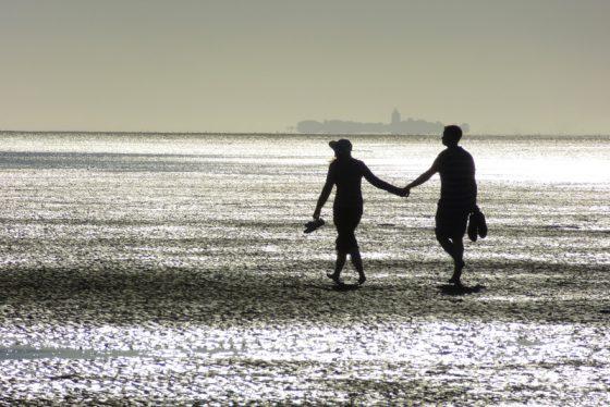 Paar am Strand, Hand in Hand, Abendstimmung