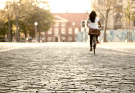 Radfahrerin in Münster am Domplatz