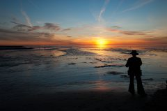 Sehnsucht, Sonnenuntergang, Mann blickt aufs Wasser