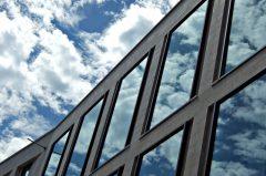Spiegelungen auf Glasfassade